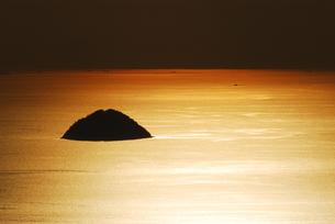 黄金の海に浮かぶ島の写真素材 [FYI00101239]