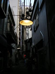 路地裏のライトの写真素材 [FYI00101363]