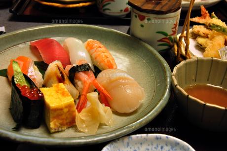 てんぷらとにぎり寿司の写真素材 [FYI00101868]