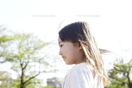 公園で遊ぶ女の子の横顔の素材 [FYI00101894]
