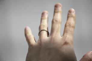 指輪をした男性の手の写真素材 [FYI00101931]