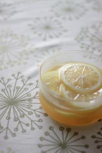 レモンの蜂蜜漬けの写真素材 [FYI00101954]