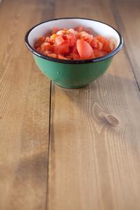 ボウルに入ったざく切りトマトの写真素材 [FYI00102067]