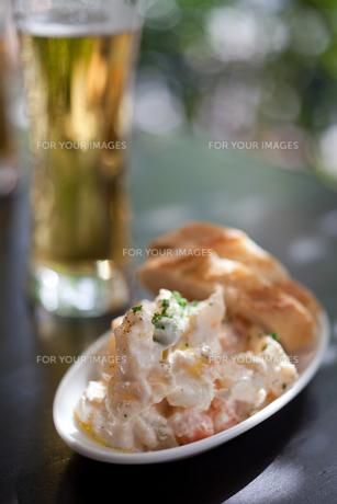 ポテトサラダとビールの写真素材 [FYI00102141]