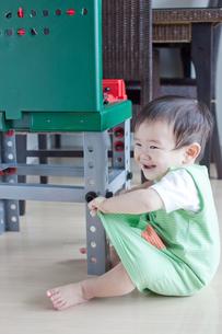ご機嫌な赤ちゃんの写真素材 [FYI00102257]