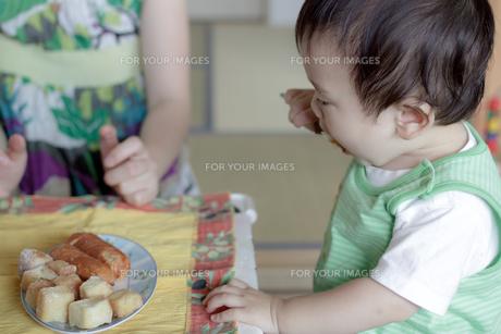 おやつを食べる子供の写真素材 [FYI00102277]