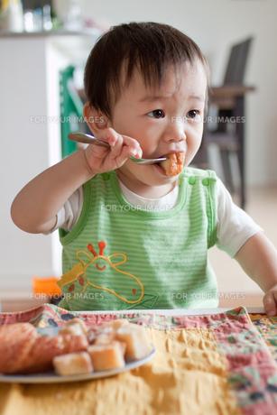 ドーナツを食べる男の子の素材 [FYI00102278]