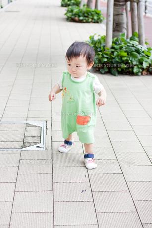 お散歩する赤ちゃんの素材 [FYI00102284]