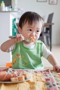 おやつを食べる子供の写真素材 [FYI00102287]