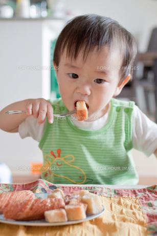 おやつを食べる男の子の素材 [FYI00102289]