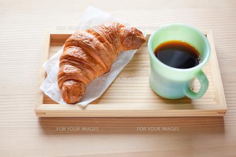 クロワッサンとコーヒーの写真素材 [FYI00102316]