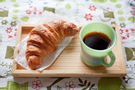 クロワッサンとコーヒーの写真素材 [FYI00102320]