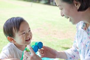 おもちゃの双眼鏡で遊ぶ母と子の写真素材 [FYI00102410]