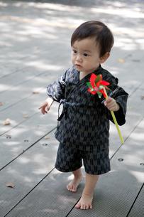 風車を持って歩く赤ちゃんの写真素材 [FYI00102415]