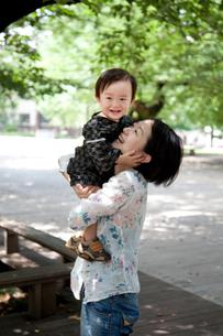 木陰で笑う母と子の写真素材 [FYI00102424]