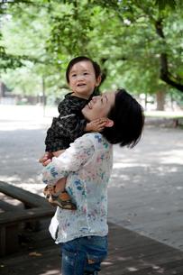 木陰で笑う母と子の写真素材 [FYI00102425]