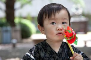 風車を持つ赤ちゃんの写真素材 [FYI00102429]