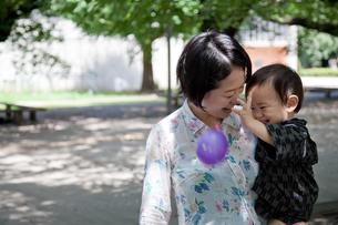 屋外で遊ぶ母と子の写真素材 [FYI00102443]