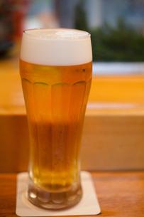 カウンターでビールの写真素材 [FYI00102551]