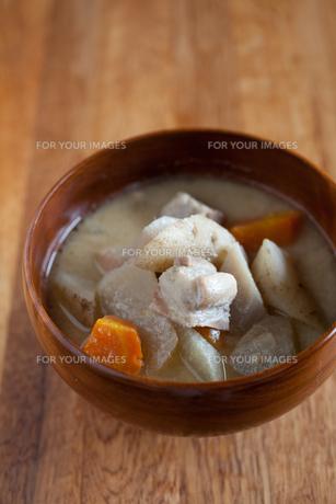 塩豚と根菜の汁の写真素材 [FYI00102568]