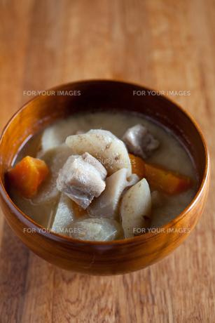 塩豚と根菜の味噌豆乳汁の写真素材 [FYI00102573]