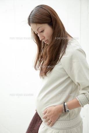 妊娠中の若い女性の写真素材 [FYI00102670]
