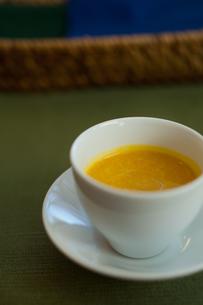 小さなカップに入ったスープの写真素材 [FYI00102702]