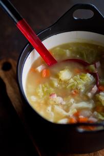 鍋に入った野菜スープの写真素材 [FYI00102724]