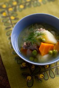 器によそった野菜スープの写真素材 [FYI00102784]