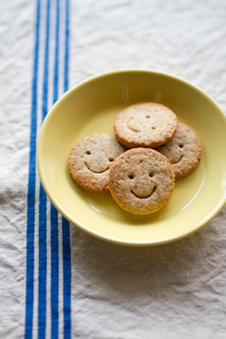 皿の上のクッキーの写真素材 [FYI00102789]