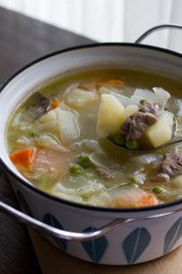 鍋の中のスープの写真素材 [FYI00102790]