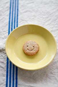 皿の上の1枚のクッキーの写真素材 [FYI00102791]