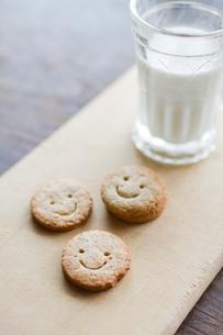 クッキーと牛乳の写真素材 [FYI00102792]