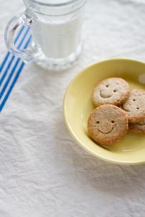 黄色い皿の上のクッキーの写真素材 [FYI00102795]