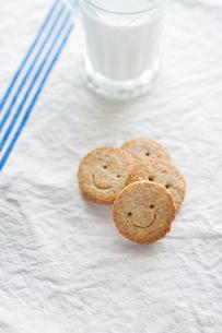 クッキーと牛乳の写真素材 [FYI00102796]