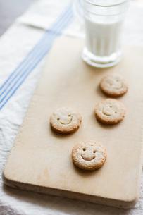 クッキーとミルクの写真素材 [FYI00102805]