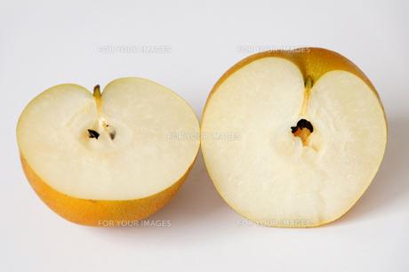 半分に切った梨の写真素材 [FYI00102882]