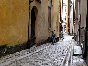 路地裏の自転車の写真素材 [FYI00102897]
