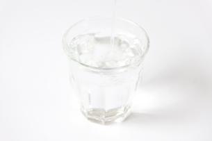 グラスに注がれる水の写真素材 [FYI00102932]