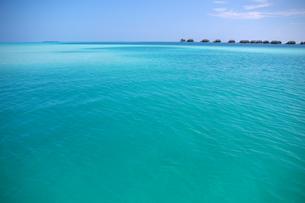 南の島の美しい海と水上ヴィラの写真素材 [FYI00103004]