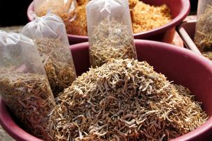 東南アジアの市場にあった小魚の干物の写真素材 [FYI00103019]