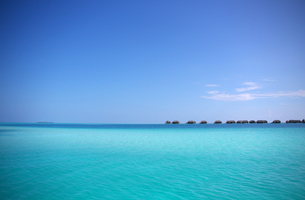 南の島の海と水上コテージの写真素材 [FYI00103035]