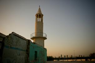 古いモスクと新しいビル群の写真素材 [FYI00103123]
