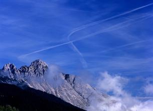 アルプスと飛行機雲の素材 [FYI00103168]