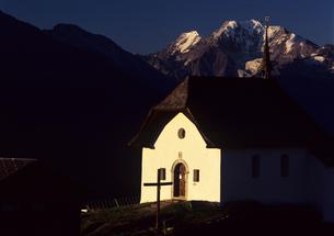 夜明けの教会とアルプスの素材 [FYI00103177]