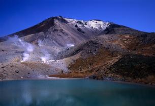 旭岳と火山湖の写真素材 [FYI00103194]