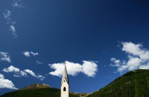 山と空と教会の素材 [FYI00103239]