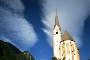 青空と朝の教会の素材 [FYI00103267]