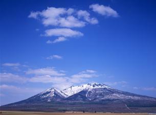 春の富良野岳と雲の写真素材 [FYI00103319]