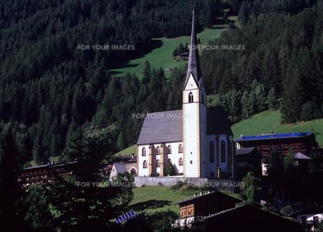 ヨーロッパの山村の教会の素材 [FYI00103368]
